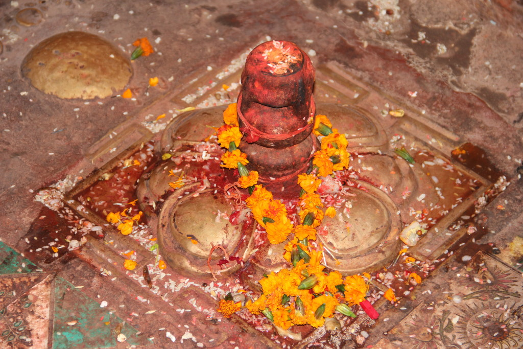 This image has an empty alt attribute; its file name is Linga-Puja-1024x683.jpg